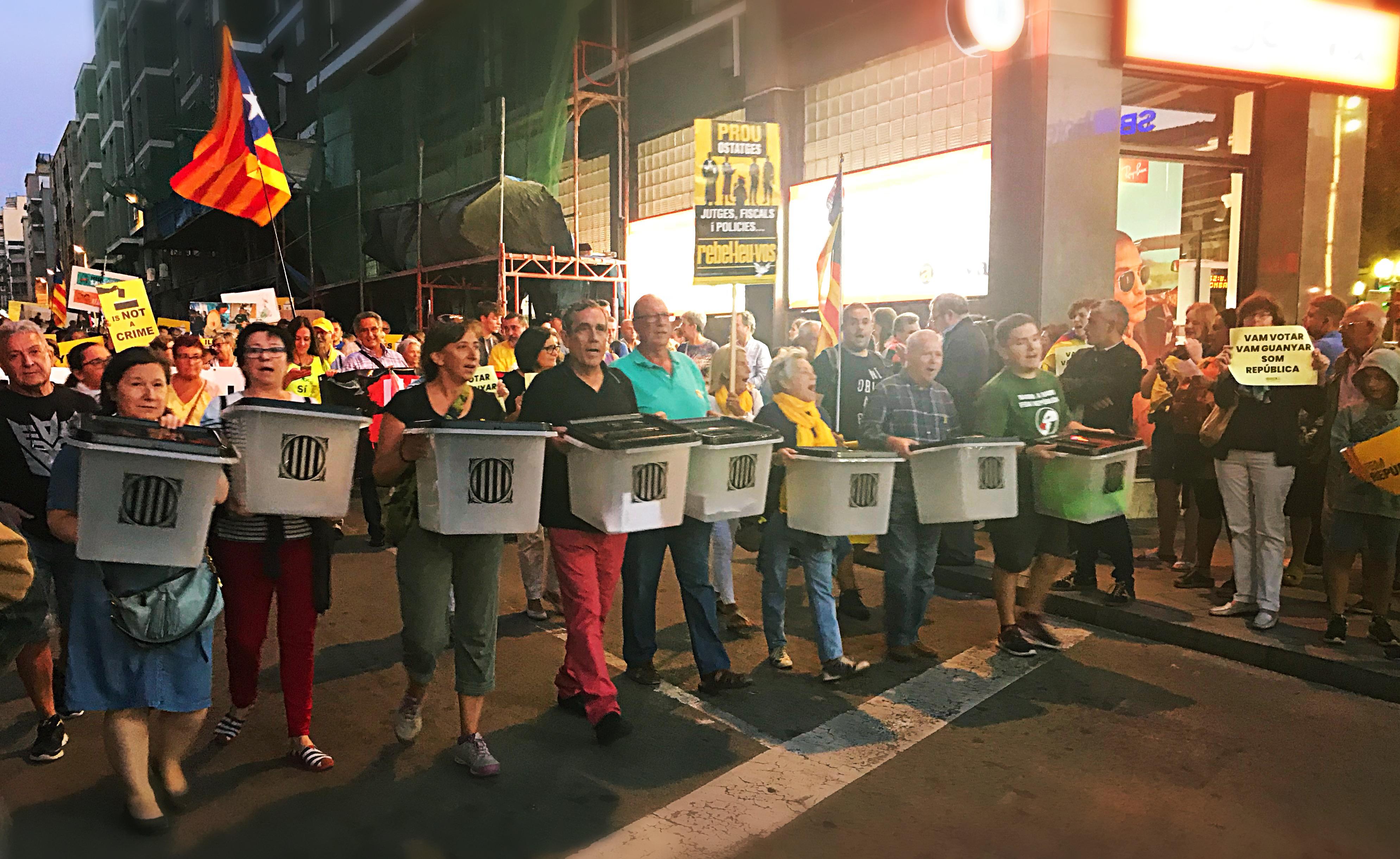 Manifestants amb urnes de l'1 d'Octubre (1-O)